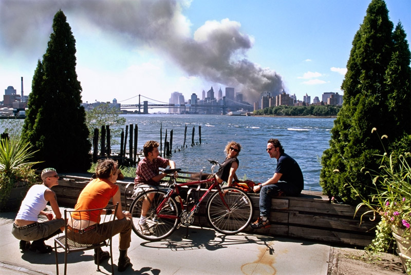 Thomas-Hoepker: Young people on the Brooklyn waterfront on Sept. 11